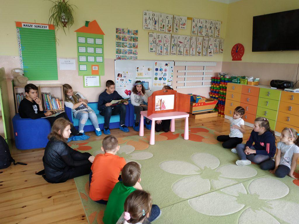 Jedynka czyta dzieciom