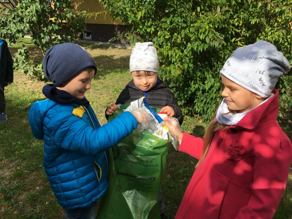 Wrzesień jest miesiącem Ogólnopolskiej Akcji Sprzątania Świata, której celem jest uwrażliwienie dzieci na piękno przyrody i zachęcanie do dbania o środowisko naturalne. Nasze przedszkole po raz kolejny przyłączyło się do tego ważnego ekologicznego przedsięwzięcia. W piątek 28 września dzieci wyposażone w jednorazowe rękawice i worki na śmieci przemierzały osiedlowe uliczki sprzątając różnorodne nieczystości. Przedszkolaki bardzo zaangażowały się w tę akcję i starały się jak najdokładniej wykonać powierzone zadanie. Zdobyte w ten sposób doświadczenia pozwalają dzieciom w przyszłości kierować się dobrymi nawykami ekologicznymi. Opracowanie: Katarzyna Lipska Halina Kosior