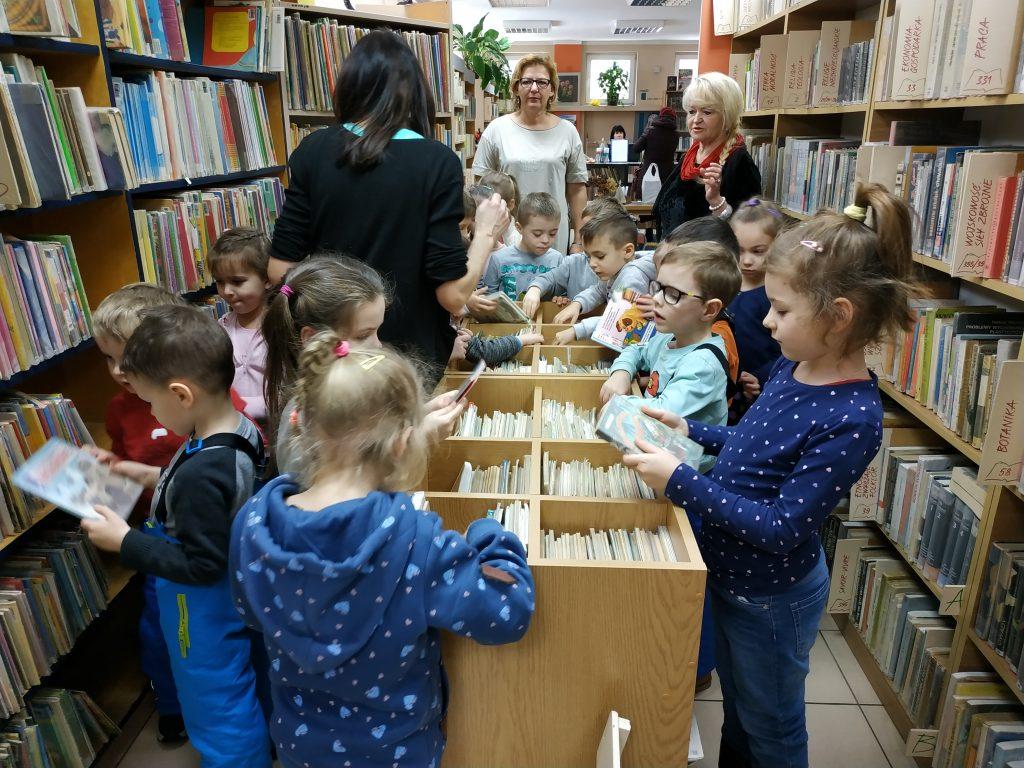 Iskierki na lekcji bibliotecznej w Filii Nr 1 Miejskiej Biblioteki Publicznej